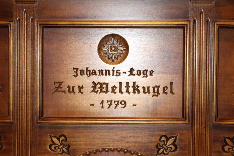 """Die Eingangstür zur Loge der Lübecker Freimaurer """"Zur Weltkugel"""", die 1779 gegründet wurde."""